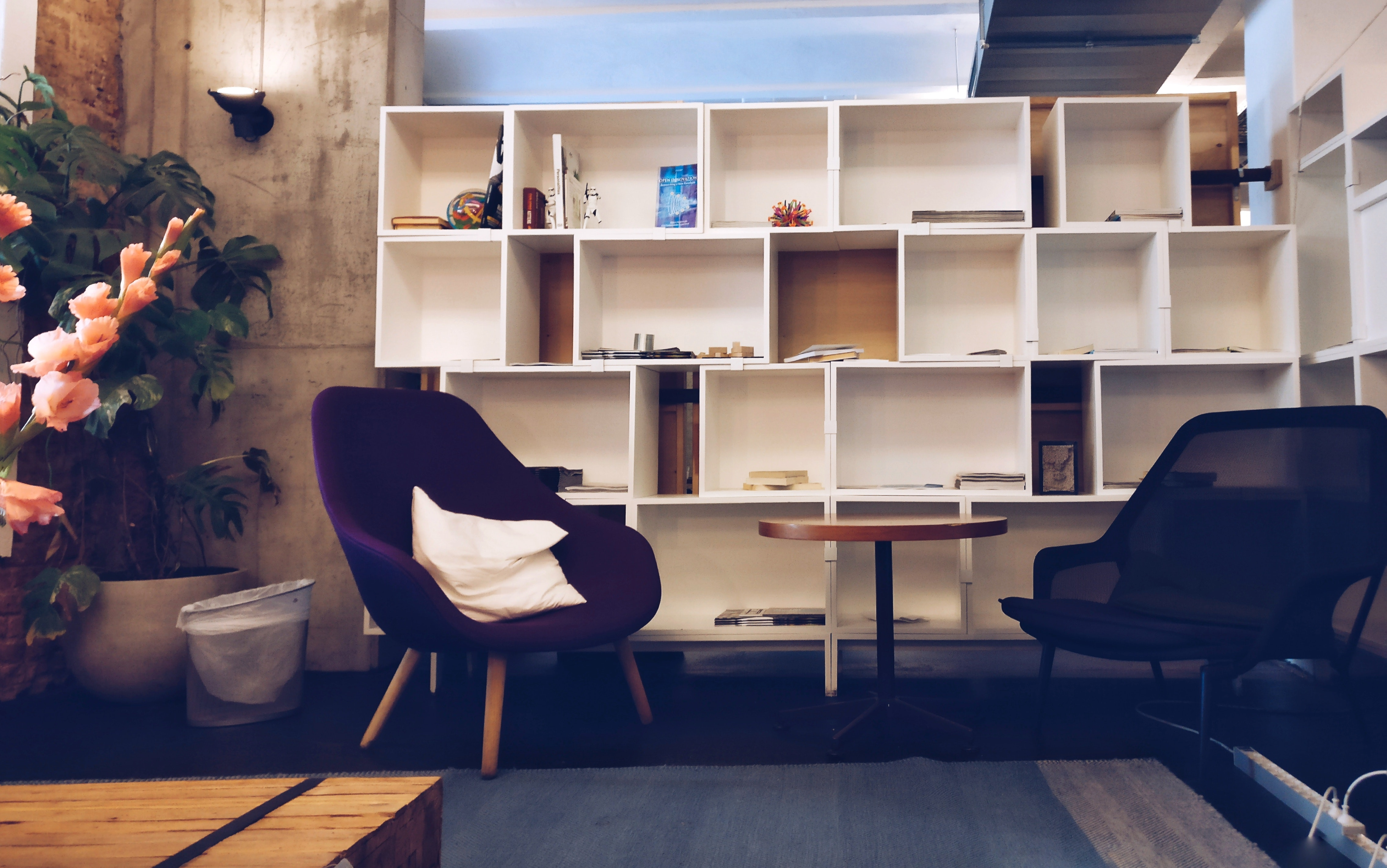 bookcase-bookshelves-chairs-empty-609768